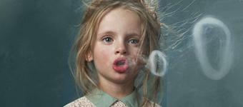 概念摄影:模仿成人吸烟的孩子