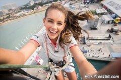 世界小姐罗琳-施特劳斯攀上东风号桅杆自拍