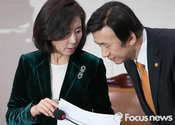 대화하는 나경원 위원장-윤병세 장관