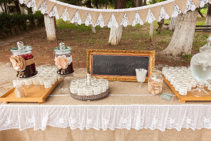 outdoor-wedding-table-setting-with-cake-glasses-and-candles