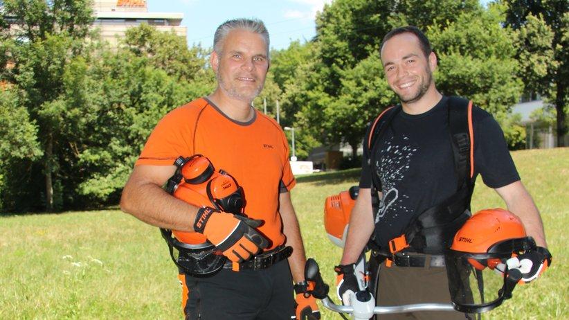 Die Versuchsingenieure Michael Hocquel (l.) und Simon Haug im Feldversuch mit dem Freischneider.