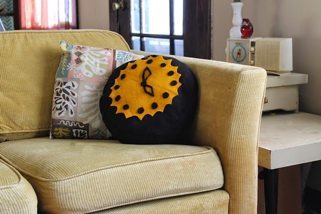 DIY 1950s throw pillow novelty clock cushion
