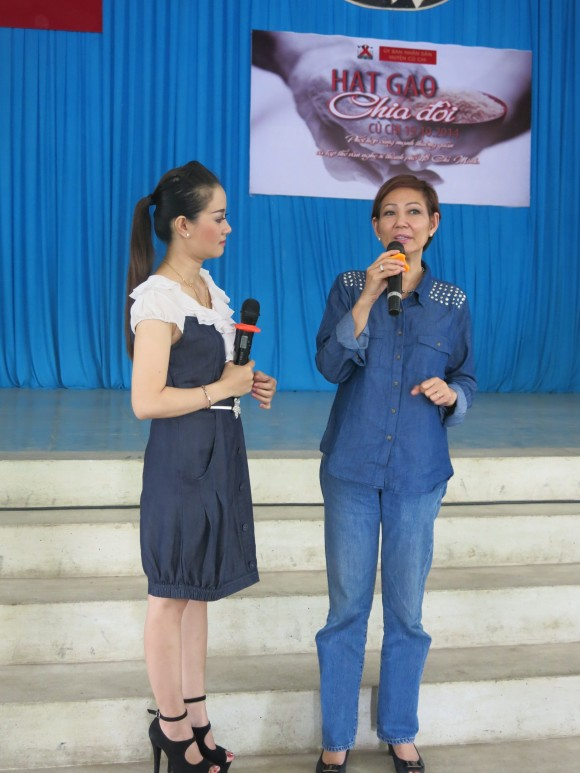 dan nghe sy bieu dien het minh trong buoi tu thien hat gao chia doi 5 Dàn nghệ sỹ biểu diễn hết mình trong buổi từ thiện Hạt gạo chia đôi