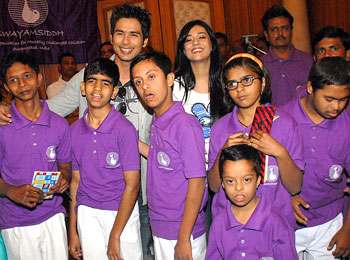 Shahid and Amrita pose with kids