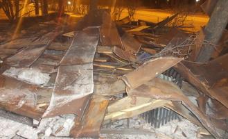 Сносило крыши и билборды, обрывало провода: на Екатеринбург обрушился циклон с ураганным ветром и молниями
