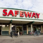 Shoppers enter the Safeway supermarket on College and Claremont Avenues. ANDREW LEONARD / CALIFORNIA BEAT
