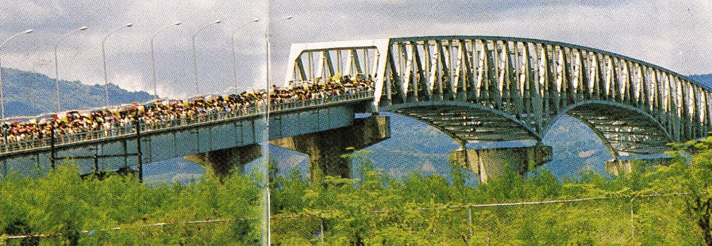 The Mandaue-Opon Bridge leading to Cebu City is filled with people seeking to catch a glimpse of John Paul II