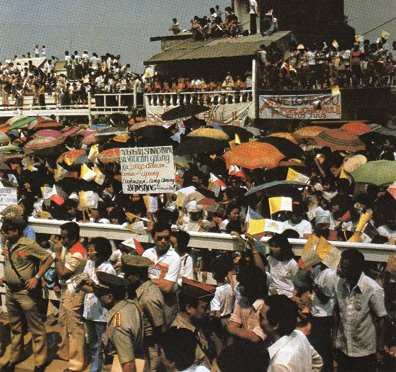 The crowd at the Tondo, Manila slum visited by Pope John Paul II