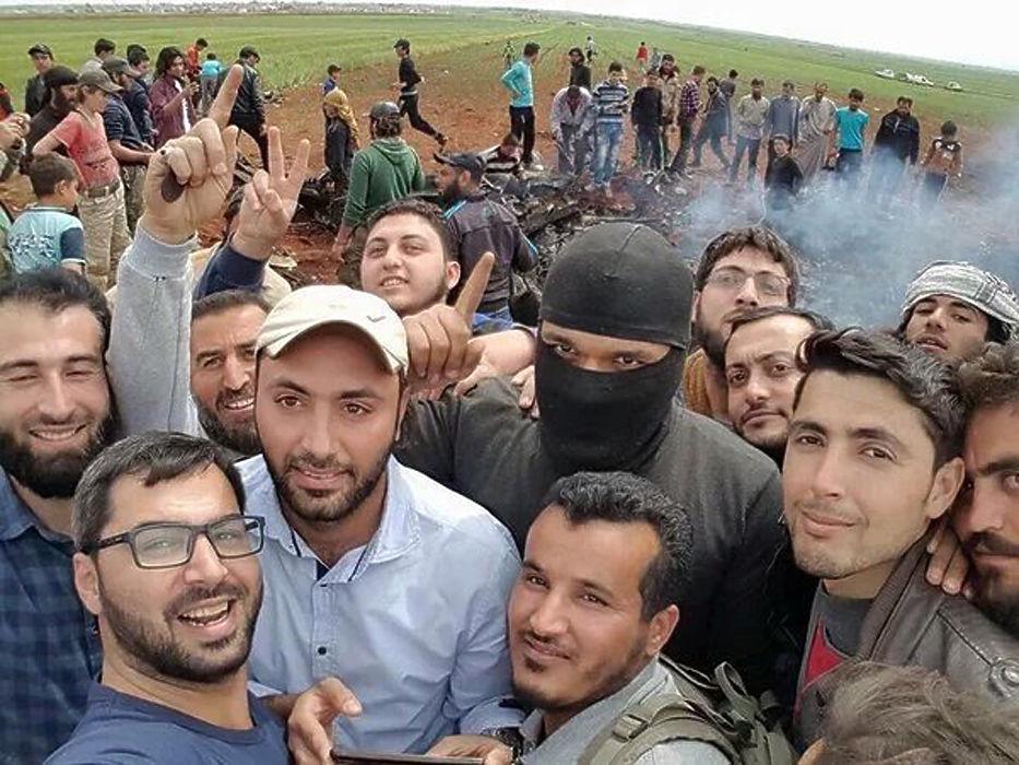 Сирийские боевики, сбившие самолет Су-22 к югу от Алеппо, делали селфи на фоне сбитого самолета и с его пилотом. Истребитель-бомбардировщик принадлежал к правительственным ВВС.