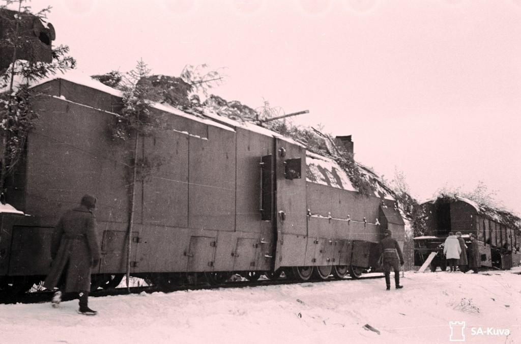 Ryssän panssarijuna Karhumäen lähellä.