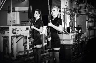 波兰军工雇黑丝美女推销步枪