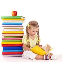 niña leyendo libro de creatividad