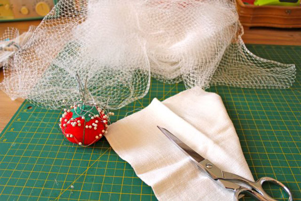DIY-audrey-hepburn-birdcage-veil