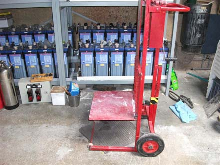 Battery lifting trolley