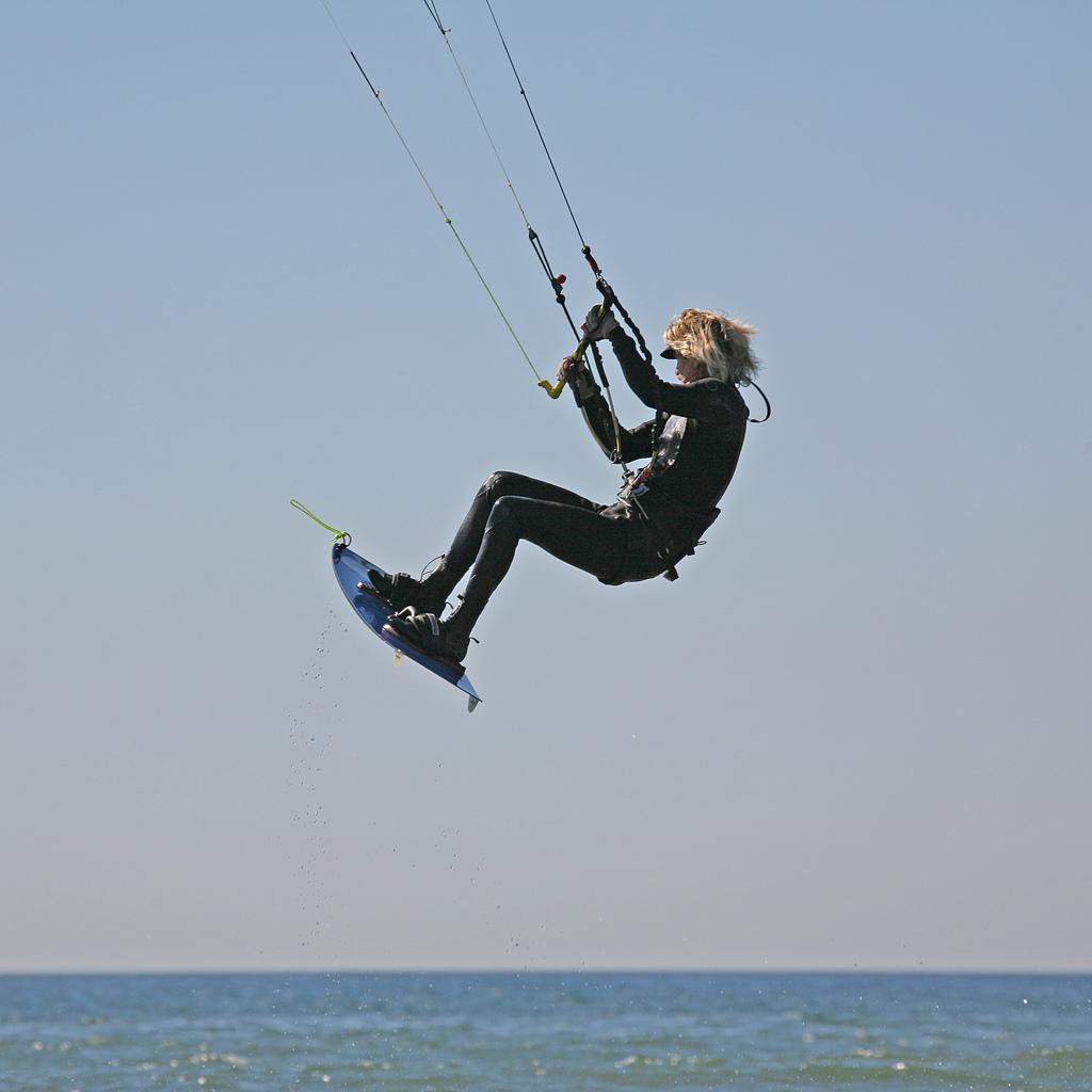 saut en kitesurf - monter les genoux