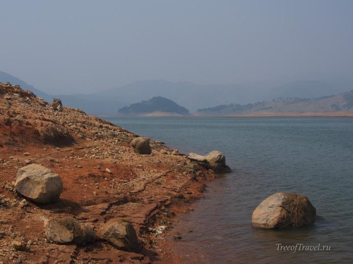 Берег озера Умиам