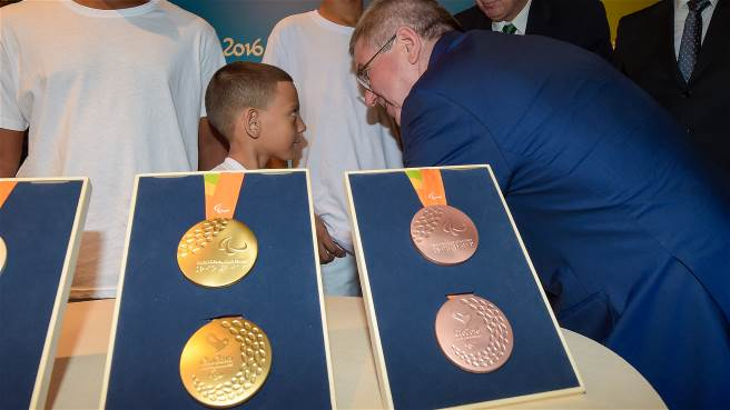 Thomas Bach and the kids at the presentation were delighted with the Rio 2016 medals.