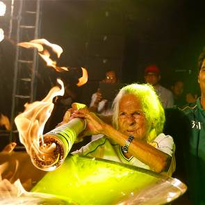'Extreme granny' becomes oldest torchbearer in Olympic history (Patrick Marché)