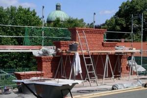 Die Häuser 1-4 bekommen im Sommer 2006 einen neuen Dachaufbau, womit auch das einheitliche Erscheinungsbild der dreiflügeligen Anlage wieder hergestellt ist. © Stiftsarchiv Wiwi