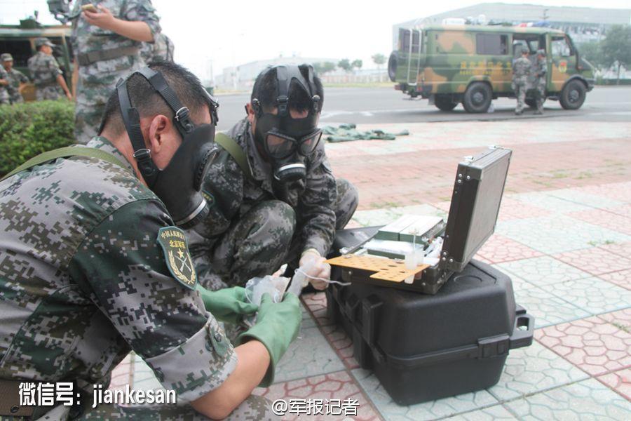 北京卫戍区某防化团进入核心区域取样