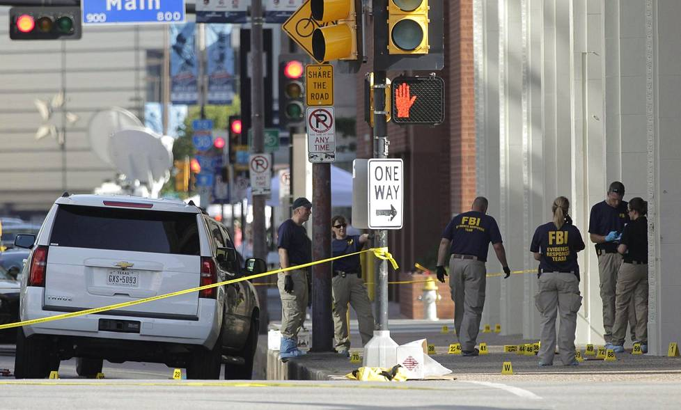 Viisi poliisia kuoli ja seitsemän loukkaantui Dallasissa.