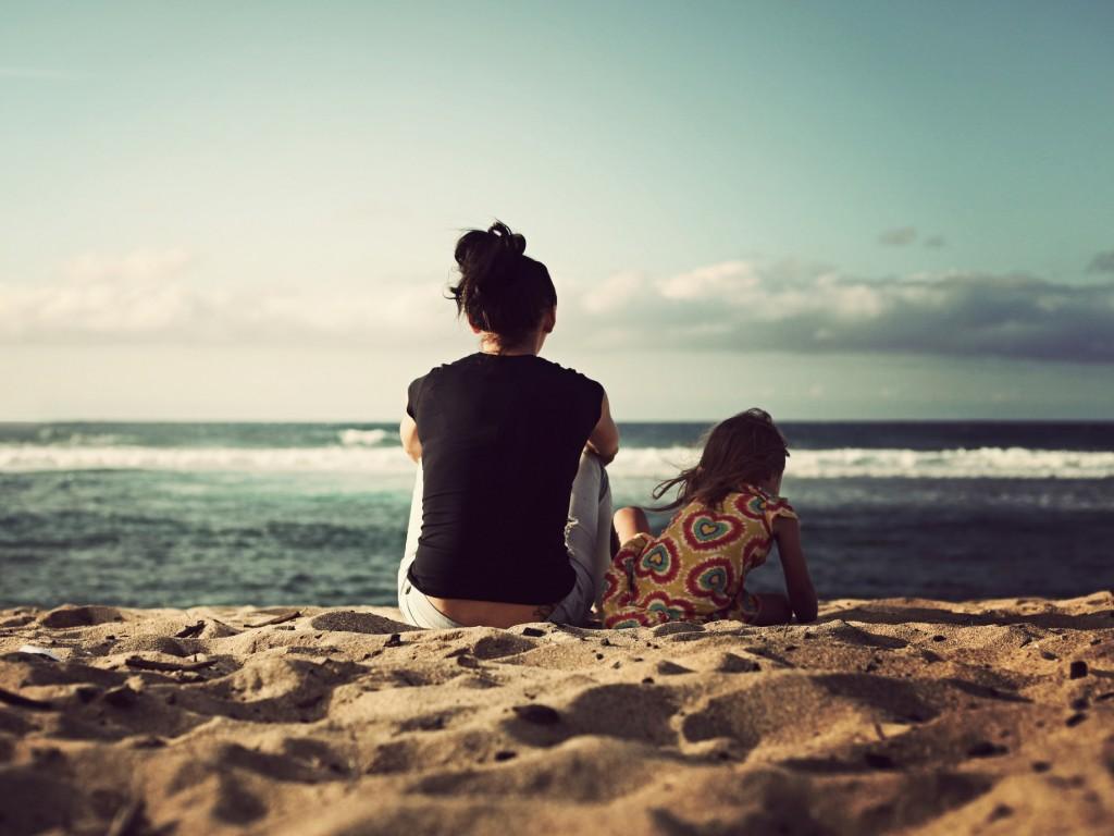 课件背景图片女孩,大海,坐在沙滩上,背影,唯美,风景