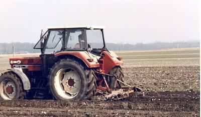 Ein Traktor beim Spargel anlegen