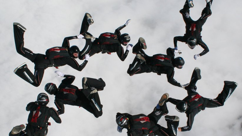 Bis zu zwanzigmal wechseln diese Fallschirmspringer innerhalb einer Sprungphase die Formation.