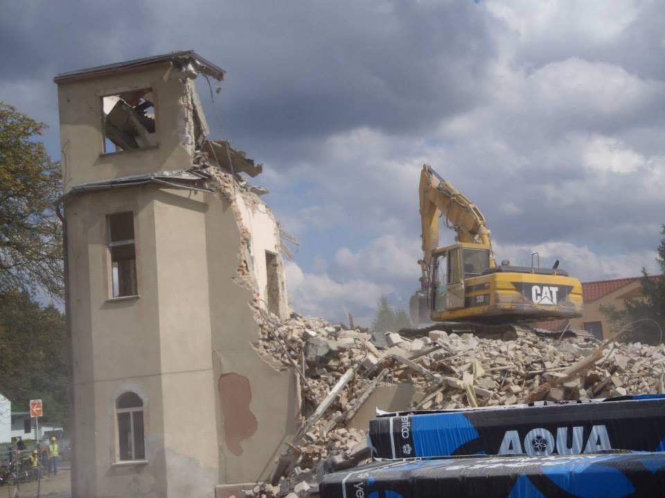 wyburzanie starego budynku szkoły 1
