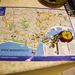 Mappa con i trasporti, chiavi che saranno consegnate e depliant