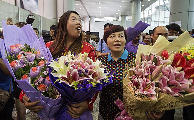 冯珊珊返穗备受追捧 鲜花接到手软