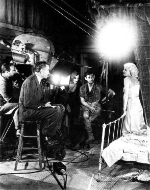 Fleming directs Harlow; Gable and Astor look on