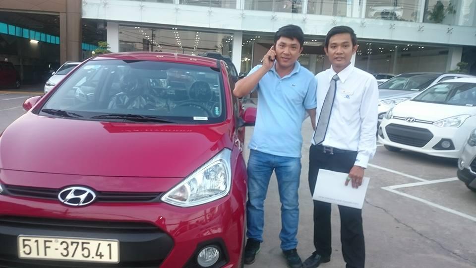 Hyundai-ngoc-an-hinh-giao-xe-tai-showrom-dai-ly