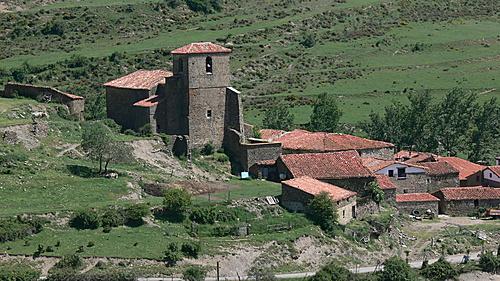 HORNILLOS DE CAMEROS (Camero Viejo). La Rioja. 2004. 06. La iglesia y su entorno.