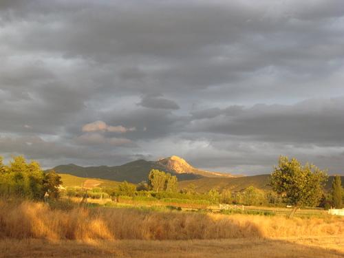Puesta de sol en Zambrana,monte Toloño al fondo