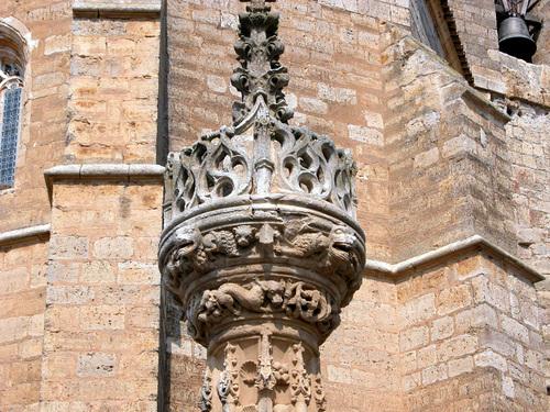 BOADILLA DEL CAMINO (Camino de Santiago). Detalle del Rollo gótico jurisdiccional (sXV).