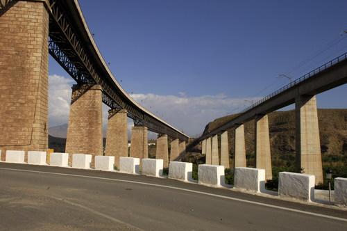 Santa Fe de Mondujar, puente ferroviario y puente de acceso