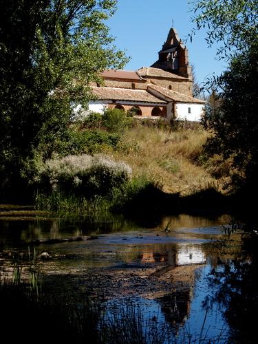 Iglesia de la Vega desde el río Cea