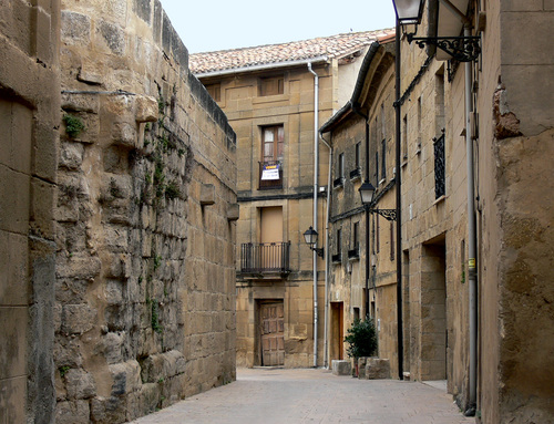 BRIÑAS (Alto Ebro). La Rioja. 2007. 07. Calle típica.