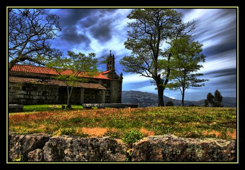 la iglesia junto al castro