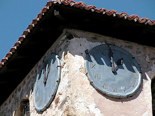 EL HORCAJO  (Lumbreras). La Rioja. Camero Nuevo. 2004. 04. Relojes de la iglesia.