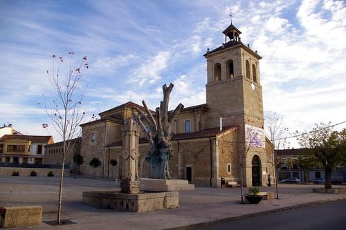 Plaza del Negrillón, Iglesia de San Pedro, Boñar ,  León