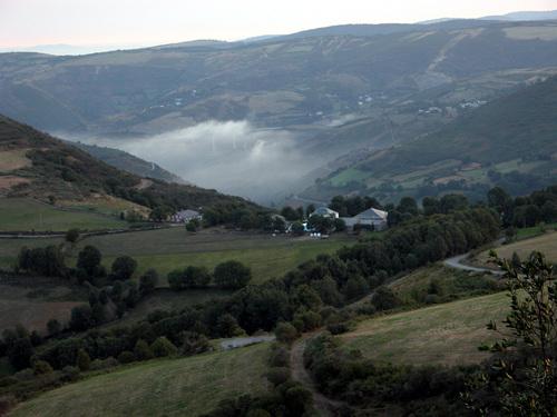 CAMINO DE SANTIAGO (2005). Cerca de LIÑARES (Lugo).  Vista de la aldea de A LAGÚA DE TABLAS.