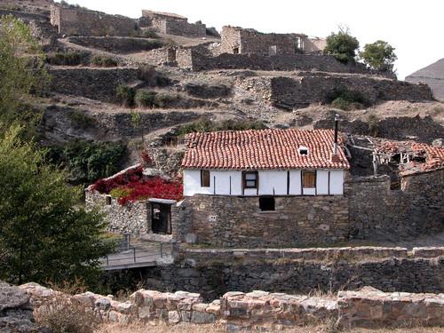 EL VILLAR (Aldea de Enciso-La Rioja). 2005. 06. Valle del Cidacos. Casas rehabilitadas.