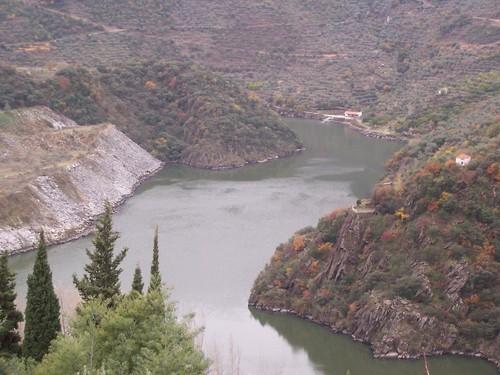 Los Arribes , Rio Duero . Poblado del salto de Aldeadávila de la Rivera , Salamanca