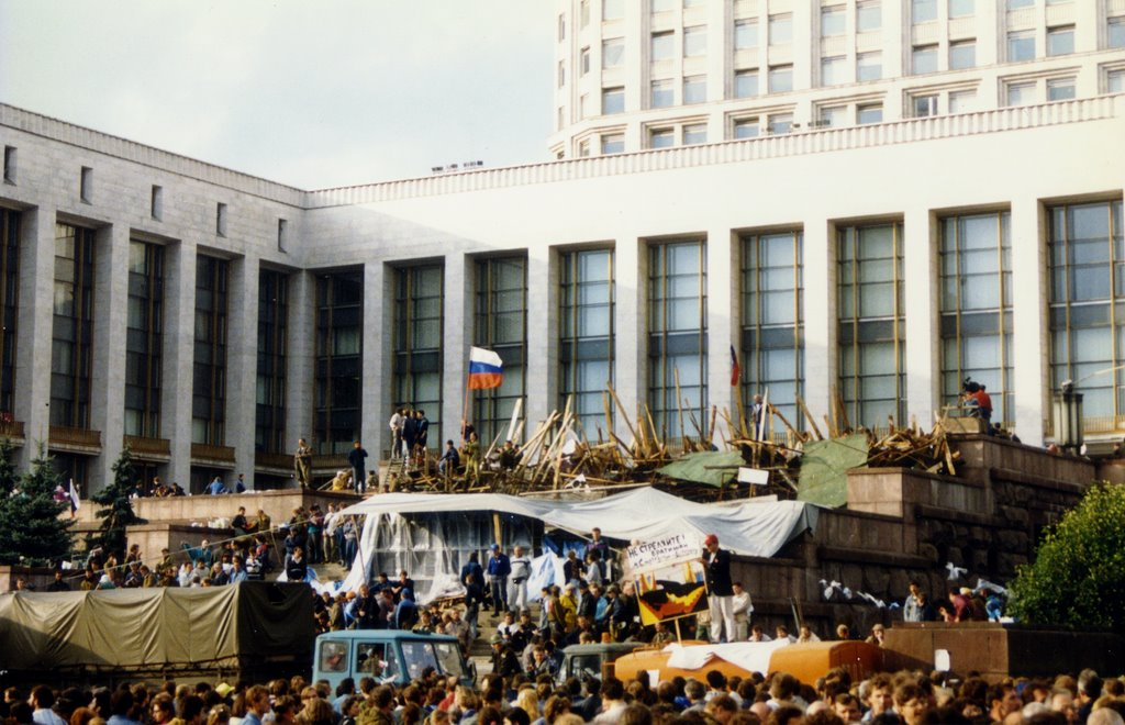 August 1991 coup - awaiting the counterattack outside the White House Moscow