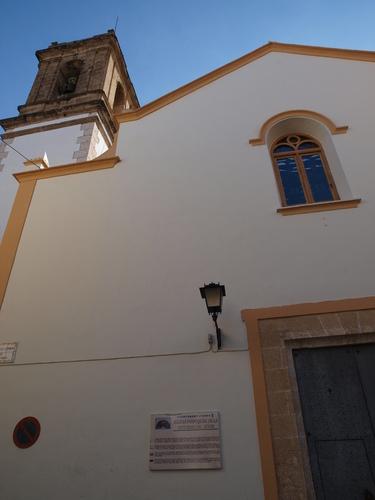 Fachada y campanario de Orba.