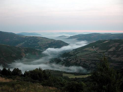 CAMINO DE SANTIAGO (2005). LIÑARES (Lugo).  Vista de la aldea de Barxamaior bajando de O Cebreiro.