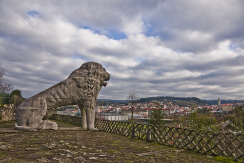 Lion of the Pasatiempo park looking at Betanzos
