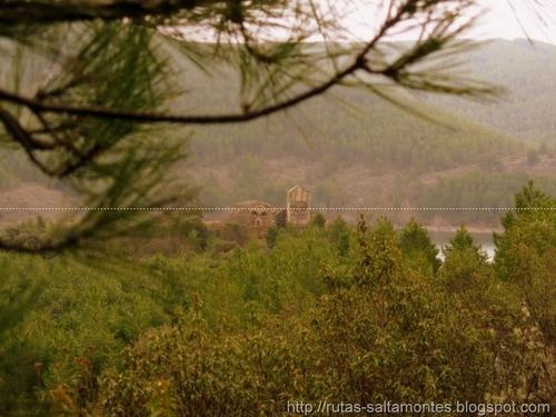 Santa María del Vado, al fondo